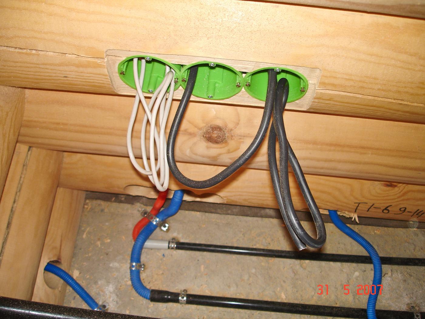 Как провести электричество в деревянном доме своими руками 908